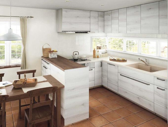 外の景色が眺められるコの字型キッチン